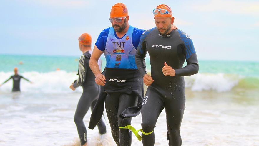 Candón participando junto a un guía en una competición de triatlón / FOTO CEDIDA