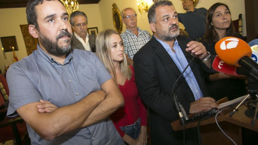 Los portavoces de los grupos municipales, en la lectura de la declaración institucional