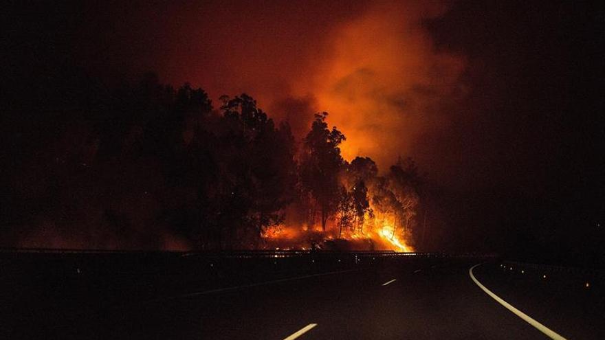 Dieciséis núcleos gallegos amanecen con riesgo para la población por incendios