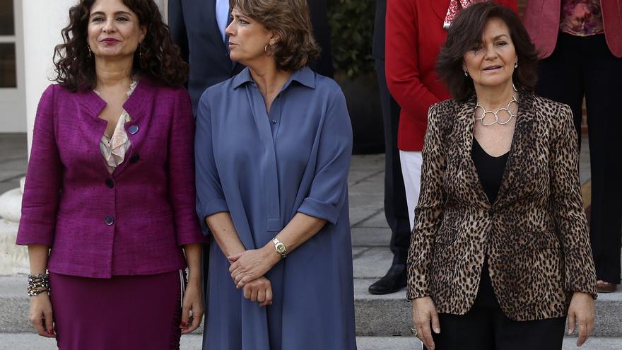 Las ministras de Hacienda, María Jesús Montero; de Justicia, Dolores Delgado; y la vicepresidenta, Carmen Calvo, durante la foto de familia del Ejecutivo