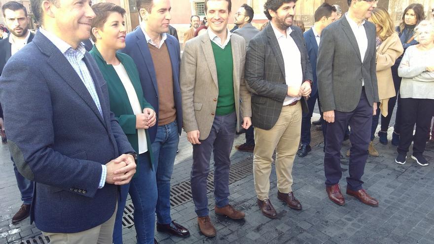 El presidente del PP, Pablo Casado, junto a representantes políticos murcianos tras reunirse con los regantes y comprometerse a mantener el trasvase Tajo-Segura