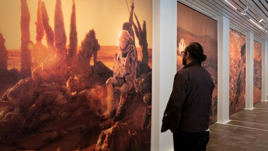 """Parte de la exposición del fotógrafo Joan Fontcuberta """"Gossan: Misión a Marte"""", una muestra de imágenes, carteles y vídeos que desde hoy puede verse en la Sala de la Provincia de la Diputación de Huelva."""