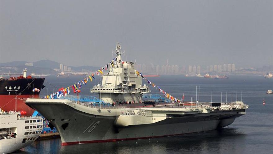 El portaaviones chino Liaoning realiza maniobras en aguas del Pacífico