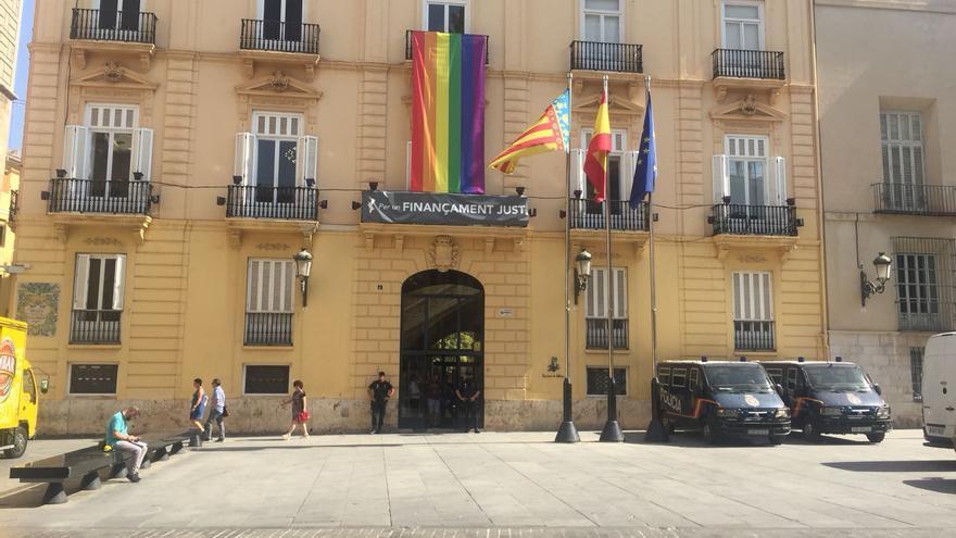 Dos furgonetas de la policía nacional estacionadas a las puertas de la sede de la Diputación de Valencia