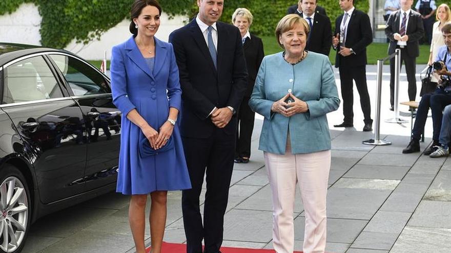 Merkel recibe a los duques de Cambridge al inicio de su visita a Alemania