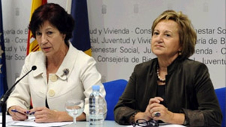 La consejera de Bienestar Social, Juventud y Vivienda del Gobierno de Canarias, Inés Rojas (izda). (ACFI PRESS)