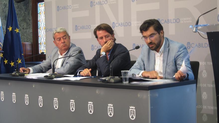 Aurelio Abreu, vicepresidente primero del Cabildo; Carlos Alonso, presidente, y Manuel Martínez, responsable de Aguas, este lunes