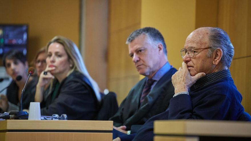 Jacinto S. M., junto a su abogado, en la vista oral de la Audiencia Provincial tinerfeña