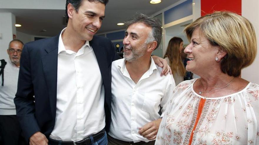Pedro Sánchez junto a los socialistas Ángel Víctor Torres e Inmaculada Medina durante su visita a Gran Canaria el pasado 8 de julio. Elvira Urquijo/Efe.