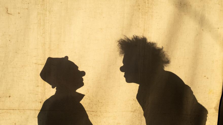 Sombras de dos payasos antes de una actuación.   JOAQUÍN GÓMEZ SASTRE