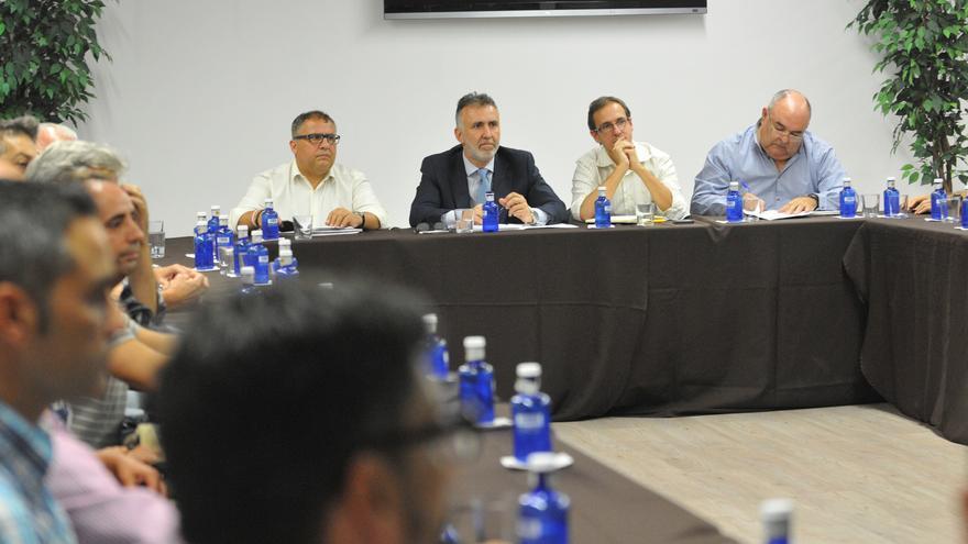 El consejero de Deportes, Ángel Víctor Torres conlos presidentes de las federaciones deportivas de Gran Canaria. (Imagen cedida por el Cabildo de Gran Canaria)