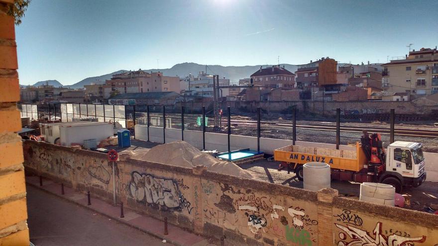 """Vista de las pantallas acústicas (""""muro"""") de las obras del AVE en Murcia"""