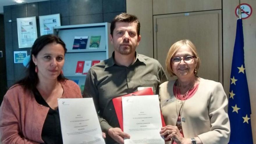 Ana Miranda, eurodiputada del BNG, y los portavoces de las víctimas de Angrois cuando recogieron en Bruselas en 2016 el primer informe de la Agencia Ferroviaria Europea crítico con la actuación de España en el accidente