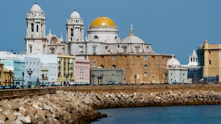 La Catedral de Cádiz desde la Avenida del Campo del Sur. VA