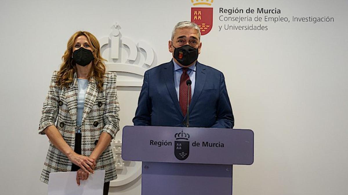 La única imagen de Francisco Álvarez como consejero de Empleo, Investigación y Universidades, junto a la directora general del SEF, Marisa López, en rueda de prensa para informar sobre el paro en el mes marzo