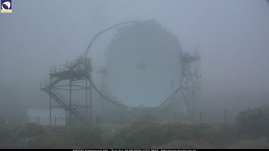 En la imagen, uno de los telescopios MAGIC del Roque de Los Muchachos, este  martes.  Imagen captada de la webcam de los MAGIC.