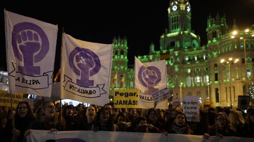 Manifestación del 25N en Madrid a su paso por Cibeles