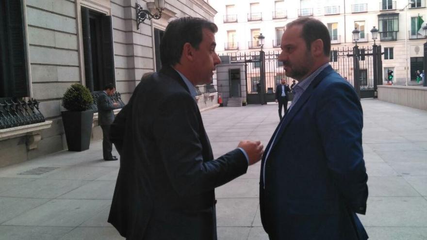 Fernando Martínez Maillo (PP) y José Luis Ábalos (PSOE) conversan en el patio del Congreso.