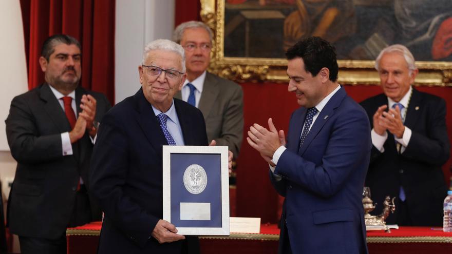 El presidente de la Junta de Andalucía, Juanma Moreno, y el el presidente de Mayoral, Rafael Domínguez de Gor, en octubre pasado.