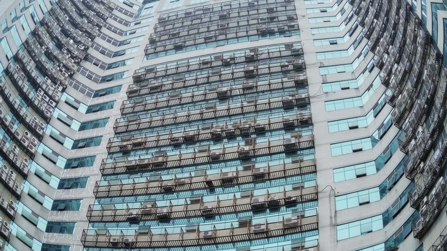 Vista de unidades de aire acondicionado en las paredes de un edificio de 25 pisos en la ciudad de Fuzhou, provincia de Fujian en el sudeste de China, 25 de mayo de 2016.