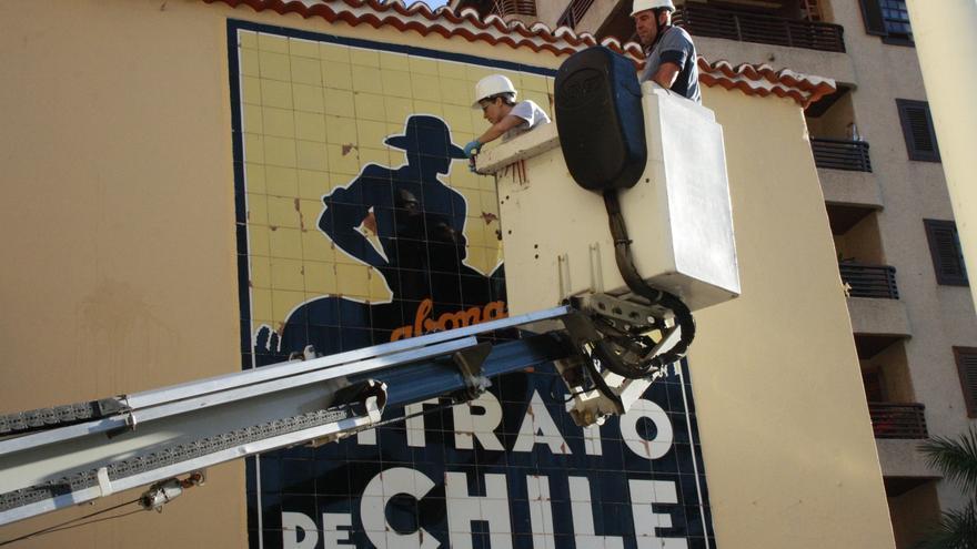 En la imagen, estudio del cartel Nitrato de Chile