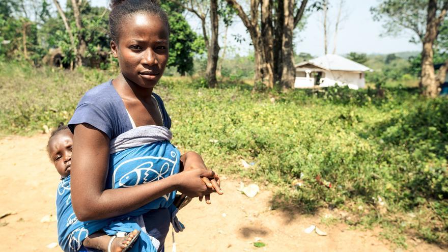 Tawa *, de 17 años, se quedó embarazada de su hija Mary *, 10 meses, en el final del brote de Ebola.
