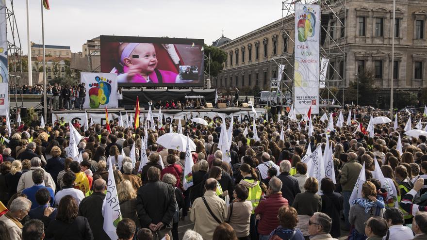 La marcha antiabortista a su llegada a la Plaza de Colón, donde se ha colocado un escenario y proyectado un vídeo. \ Juan Ramón Robles