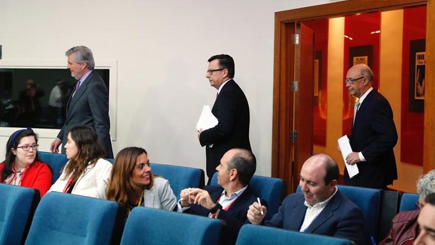 Méndez de Vigo, Román Escolano y Montoro entran en la sala de prensa de Moncloa