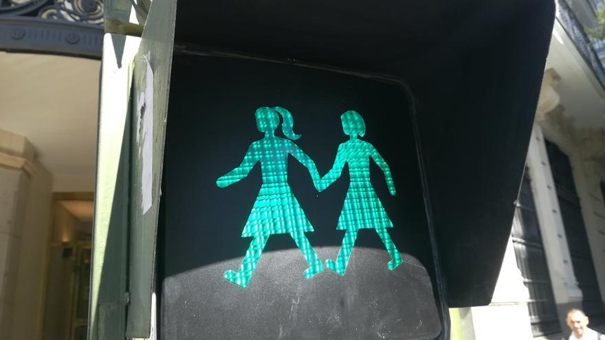 Semáforo que representa a una pareja de lesbianas en Madrid