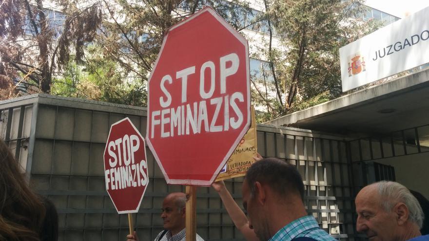 Activistas antiabortistas en el juicio a las activistas de Femen
