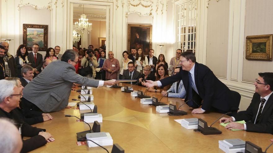 Los expertos hacen entrega a Ximo Puig, president de la Generalitat, del informe para crear una nueva RTVV.