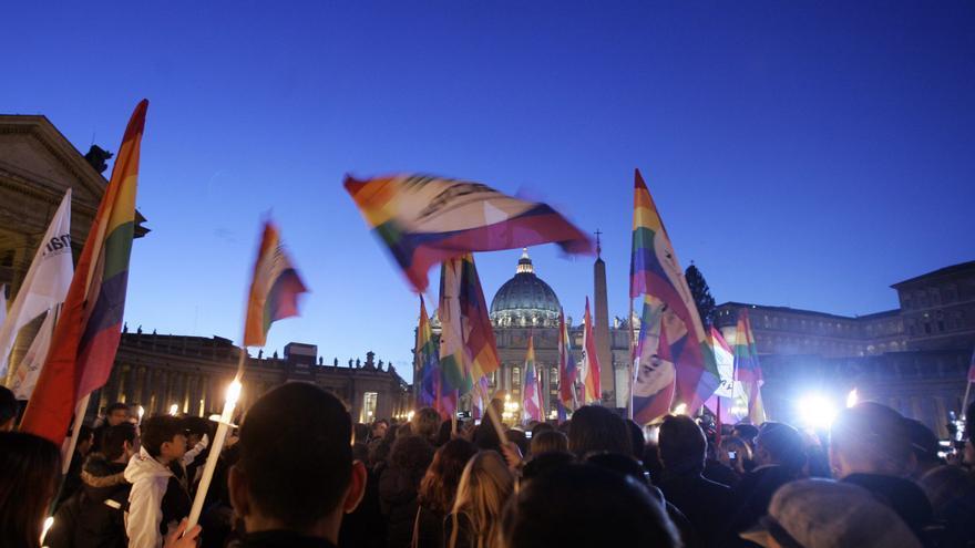 Una protesta de activistas por los derechos LGTB ante el Vaticano, en Roma.