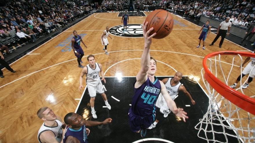 Cody Zeller, de los Charlotte Hornets, en un encuentro ante Brooklyn Nets (NBA)