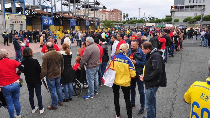 Cadena de protesta este domingo en el estadio de Gran Canaria por el impago de nóminas en Seguridad Integral Canaria. A la derecha, con barba, uno de sus promotores, el concejal de Políticas Sociales del Ayuntamiento de Las Palmas de Gran Canaria, Jacinto Ortega, trabajador de Securitas en excedencia.