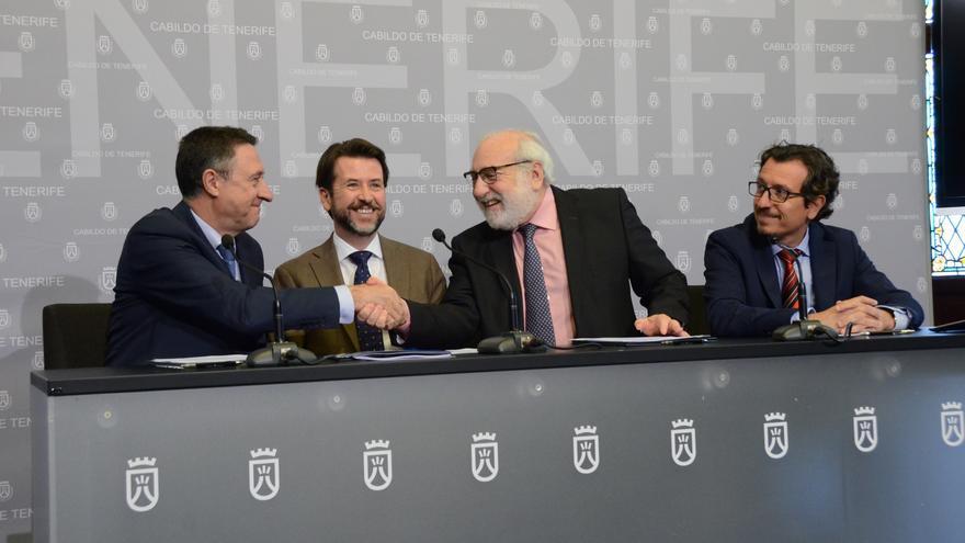 El presidente del Cabildo de Tenerife, Carlos Alonso; el  presidente de la entidad financiera Cajasiete, Fernando Bergé; y el director general de la  Escuela de Organización Industrial (EOI), Fernando Bayón.