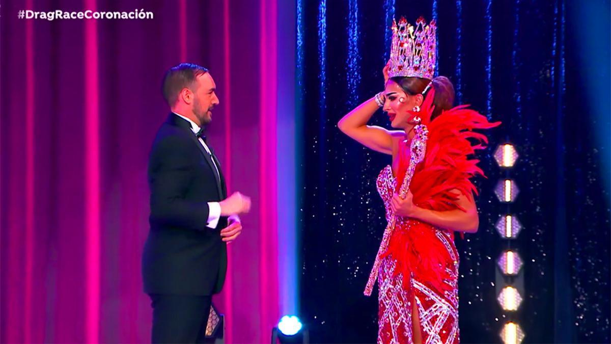 Carmen Farala recibe la corona que le acredita como ganadora de 'Drag Race España'
