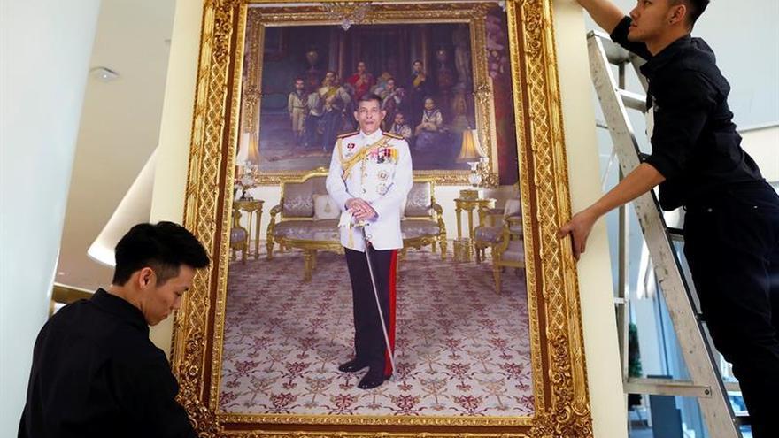Largas colas para recoger el retrato del nuevo monarca en Tailandia