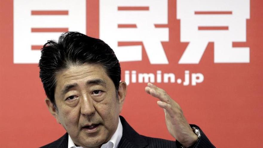 El primer ministro nipón conservará al núcleo duro tras remodelar su Gobierno