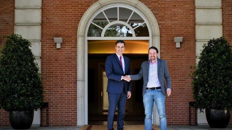 Pedro Sánchez y Pablo Iglesias se saludan a las puertas de La Moncloa