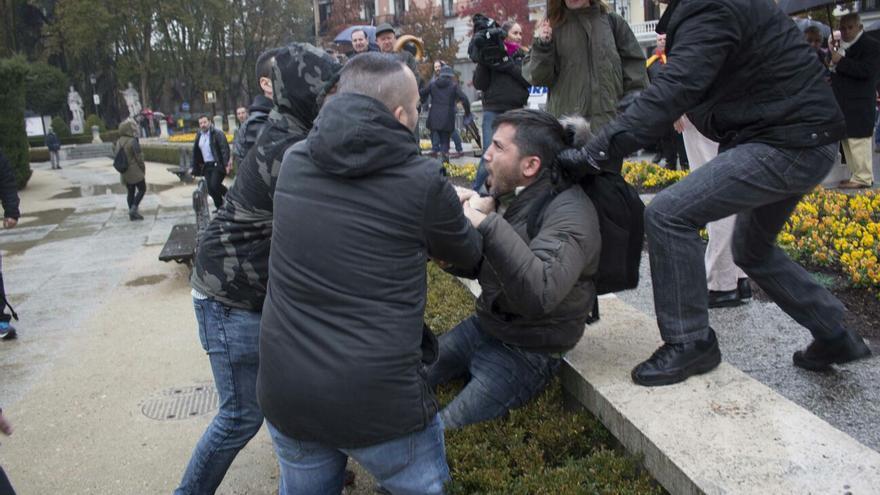 Varias personas agreden al activista Lagarder Lanciu en una concentración franquista. / Diego Rodríguez Veiga