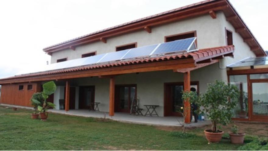 Una vivienda construida con paja en el Parc de les Olors del Serrat 88148dfdddd