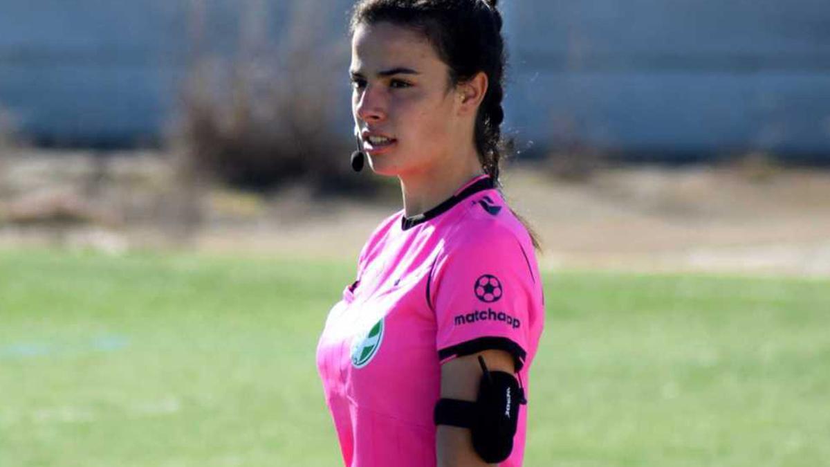María de los Ángeles Gómez, en su debut como juez de línea.