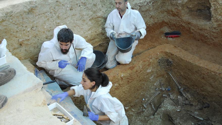 El equipo de ArqueoAntro en la Fosa 113 del cementerio de Paterna, con 60 represaliados