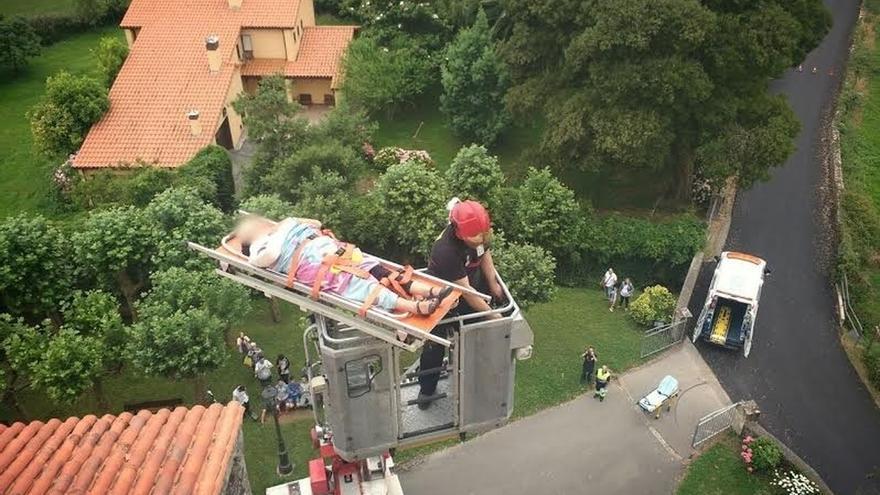 Evacuan a una mujer que se ha caído en la torre del campanario de la iglesia de Escalante