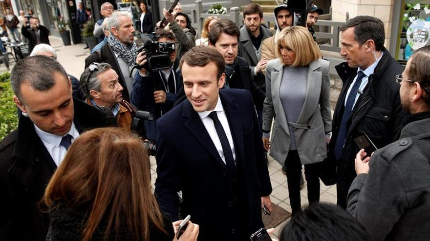 Macron vota acompañado de su mujer en el norte de Francia