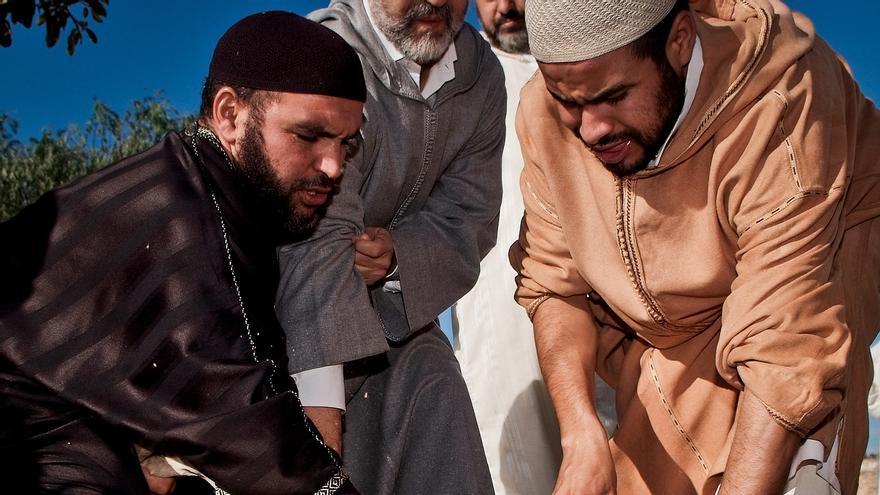 Cordero degollado sin aturdimiento previo, según el rito halal. Foto: © Jonás Amadeo Lucas / TheAnimalDay.org