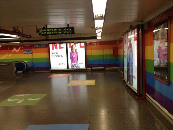 Vestíbulo de la estación de Metro de Chueca con la campaña de Netflix | SOMOS CHUECA