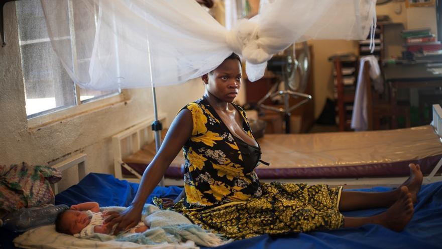 En el caso de Sierra Leona, las estadísticas revelan que la mortalidad materna en el distrito de Bo cayó un 61% frente al resto del país. Manu Abu, cuyo parto se consideaba de alto riesgo, ha tenido a su segundo hijo por cesárea. Fotografía: Lynsey Addario/ VII