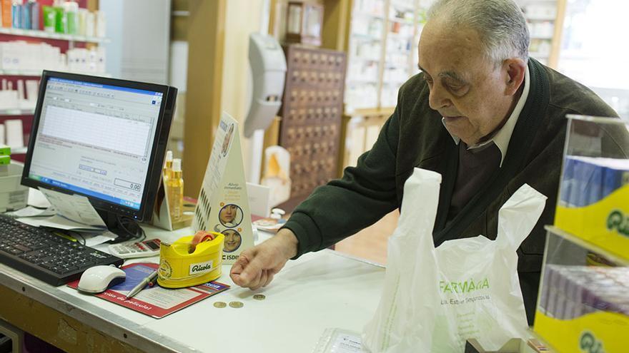 Un ciudadano paga el euro por receta en una farmacia de Barcelona (Edu Bayer)