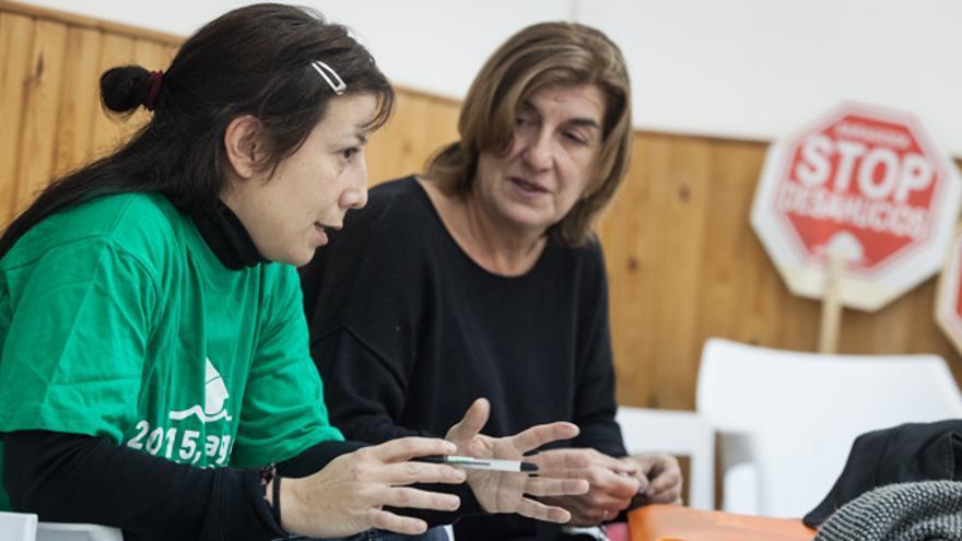 Marta y Raquel en la sede de Stop Desahucios.